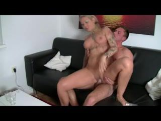 Dövmeli sarışın oral ve anal sikişi izle