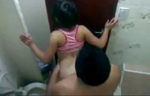 Tuvalette Gizli Çekim Sikiş izle